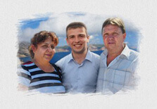 Акварельный портрет семьи на фоне моря