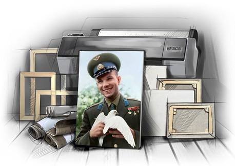 Фото на холсте с фотографии Гагарина на фоне плоттера, подрамников, рулонов холста